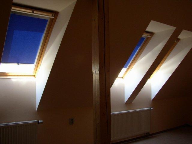 Rolety w oknach dachowych.