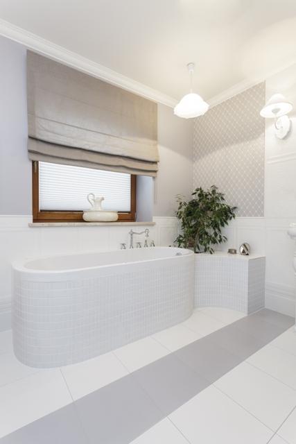 Roleta rzymska w łazience.